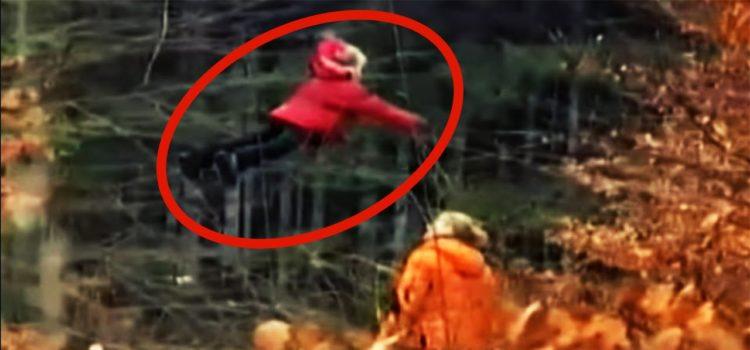 Junge Hexe lernt fliegen im Wald in Russland