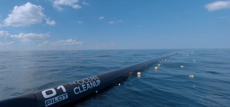 Eine riesige schwimmende Maschine räumt jetzt den riesigen Müllstrudel im Pazifik auf, der größer als Deutschland ist