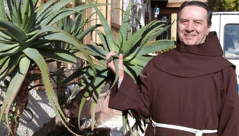 Ein Priester, der 20 Jahre studierte, Aloe Vera sagt, dass Krebs geheilt werden kann!