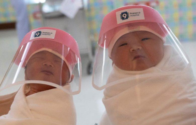 Bangkok:  Neugeborene tragen Gesichtsschutz!
